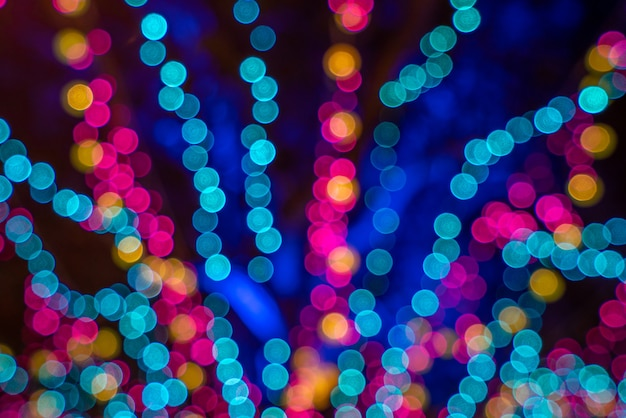 Weihnachtslichtdekoration verschwommener hintergrund festliches konzept in der nacht, bokeh