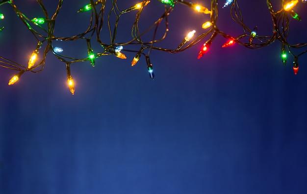 Weihnachtslichter auf blauem hintergrund mit kopienraum