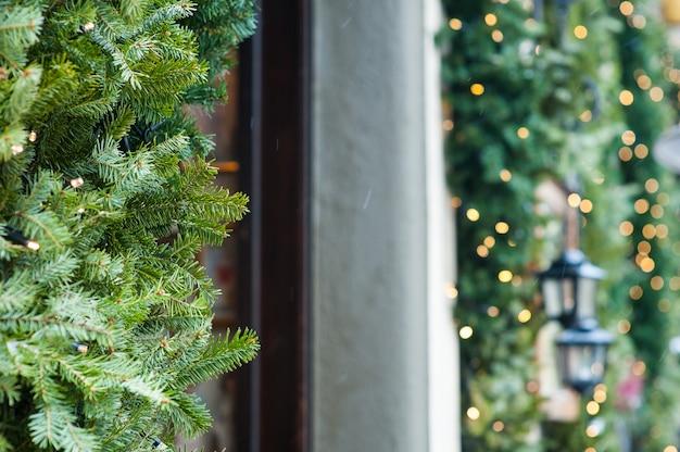 Weihnachtslichter auf den straßen außerhalb der wohngestaltung