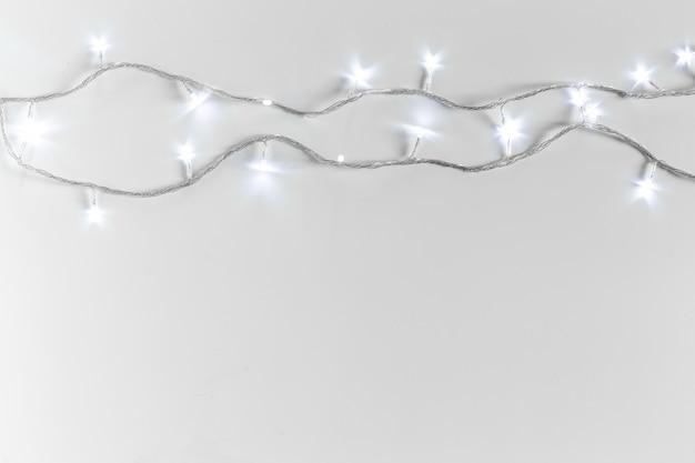 Weihnachtslichter lokalisiert auf weißem hintergrund