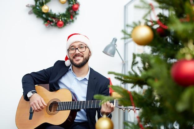 Weihnachtslied saisonale geschäftsmann lächelnd