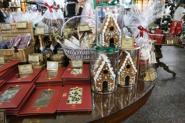 Weihnachtslutscher im laden während der neujahrsferien. baum- und schneemannsymbole von weihnachten.