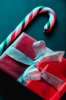 Weihnachtslutscher und rotes geschenk