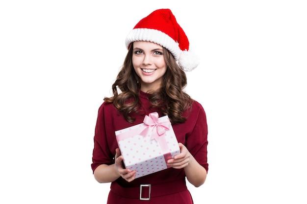 Weihnachtsmädchen in einer weihnachtsmütze hält eine geschenkbox