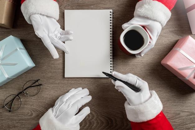 Weihnachtsmänner planen und sprechen für weihnachten.