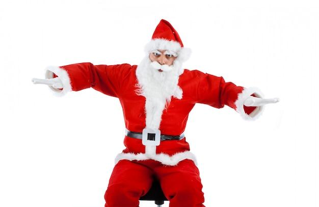 Weihnachtsmann ahmt ein flugzeug nach