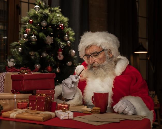 Weihnachtsmann am tisch denken