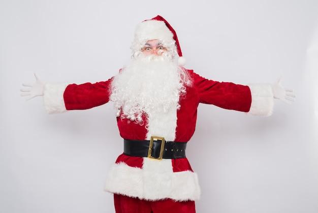 Weihnachtsmann begrüßt mit offenen händen