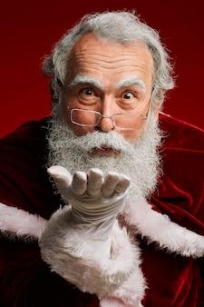 Weihnachtsmann bläst küsse