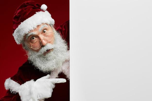 Weihnachtsmann, der auf leeres zeichen zeigt