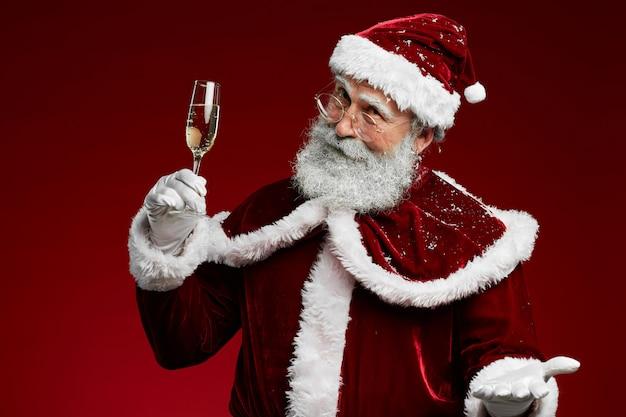 Weihnachtsmann, der auf rot röstet