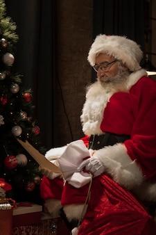 Weihnachtsmann, der einen weihnachtsbrief liest