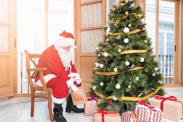 Weihnachtsmann, der geschenke für neues jahr vorbereitet