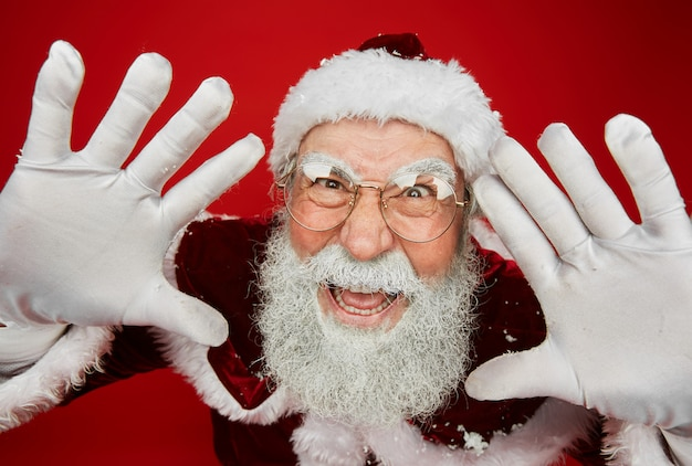 Weihnachtsmann, der gesichter auf rot macht