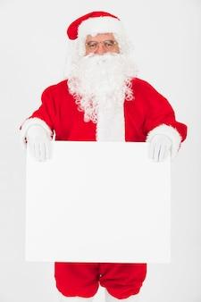 Weihnachtsmann, der großes leeres papier hält