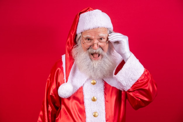 Weihnachtsmann, der in die kamera schaut. weihnachten steht vor der tür. frohe weihnachten. der weihnachtsmann schaut zu