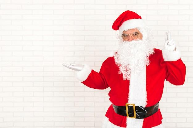 Weihnachtsmann, der leere hand hält