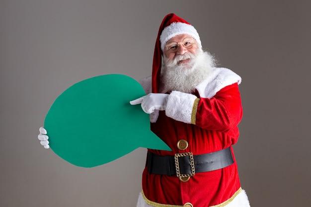 Weihnachtsmann, der leeren textballon hält.