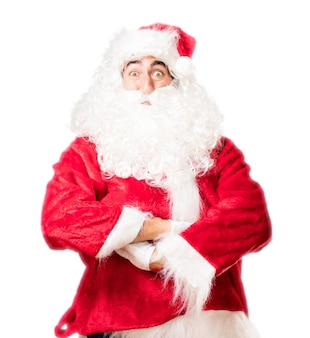 Weihnachtsmann, der mit verschränkten armen