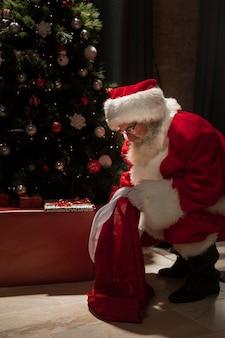 Weihnachtsmann, der nach seinen geschenken sucht