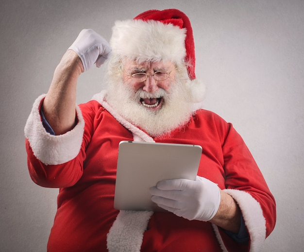 Weihnachtsmann, der online etwas aufpasst