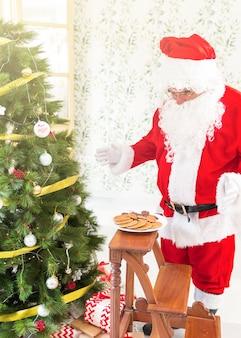 Weihnachtsmann, der plätzchen betrachtet
