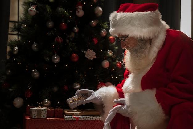 Weihnachtsmann, der seine geschenke gründet