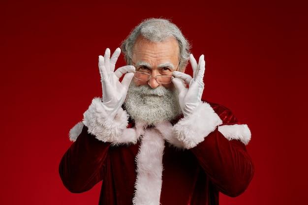 Weihnachtsmann, der über brillen schaut
