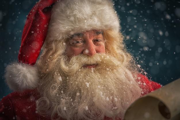 Weihnachtsmann, der weihnachtsbrief liest