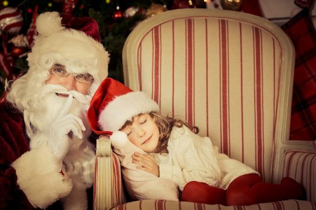Weihnachtsmann, der weihnachtsgeschenk hält. weihnachtsferienkonzept Premium Fotos