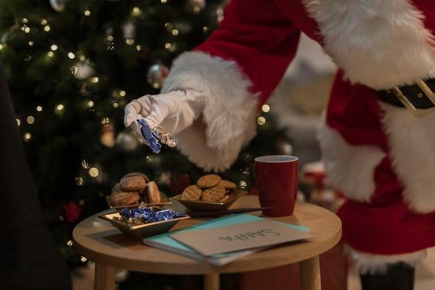 Weihnachtsmann, der weihnachtsplätzchen isst