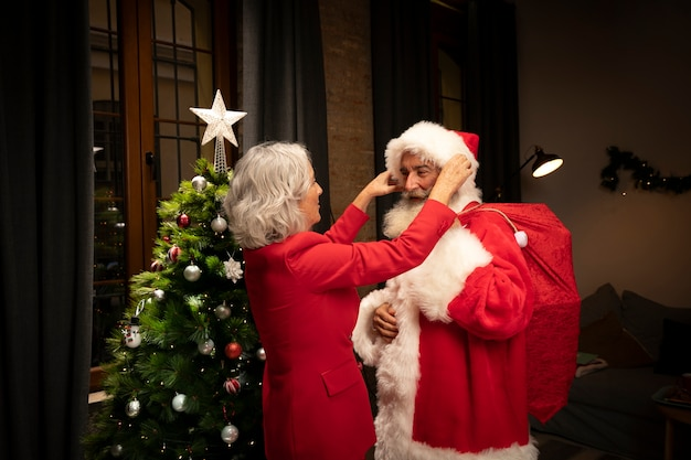 Weihnachtsmann, der zum weihnachten fertig wird