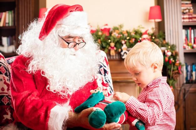 Weihnachtsmann ein geschenk zu einem kind geben