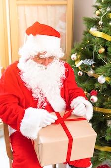 Weihnachtsmann geschenk mit band einwickeln