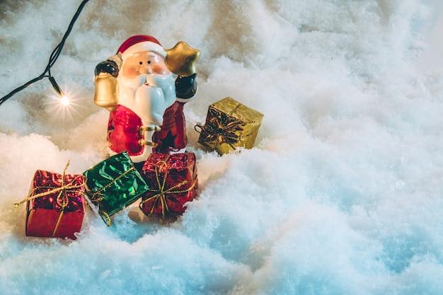 Weihnachtsmann-griffglocke und gif-glühlampe in der stillen nacht, in frohen weihnachten