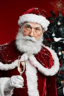 Weihnachtsmann hält champagner