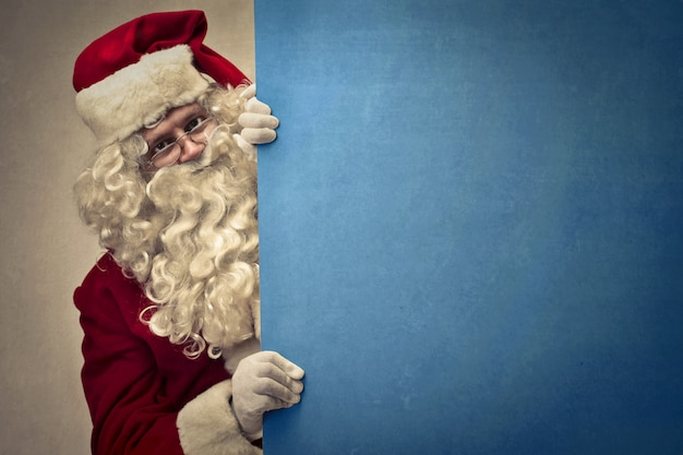 Weihnachtsmann hält ein brett