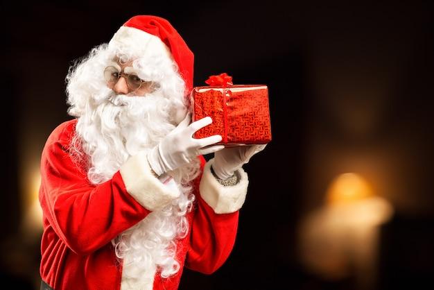 Weihnachtsmann hält ein geschenk