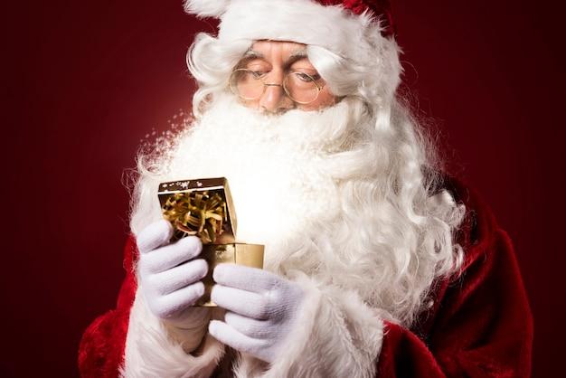 Weihnachtsmann hält eine geschenkbox