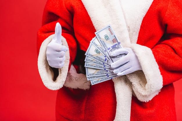 Weihnachtsmann hält geld