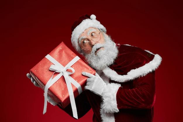 Weihnachtsmann hält geschenk