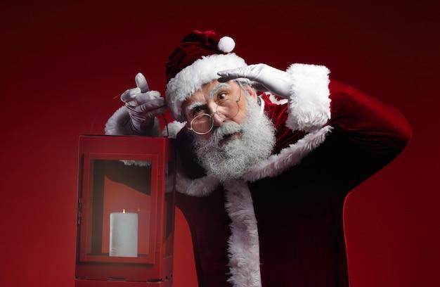 Weihnachtsmann hält laterne