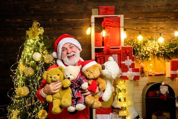Weihnachtsmann hält teddybär weihnachtsmann hält teddybär weihnachtsdekoration frohe weihnachten