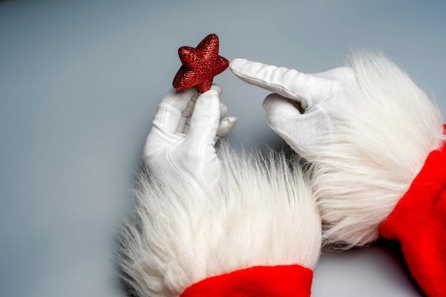 Weihnachtsmann-hände mit weihnachtsgegenstand und weihnachtsbällen 2019 guten rutsch ins neue jahr