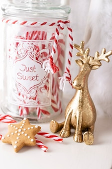 Weihnachtsmann-hut hängt am holzstuhl, weihnachtskonzept, dekoration über grunge-holz-hintergrund.