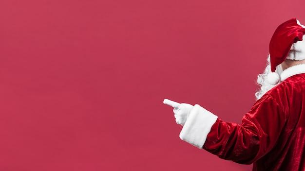 Weihnachtsmann im hut zeigend nach links