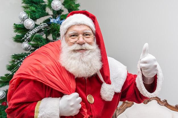 Weihnachtsmann in die kamera schaut