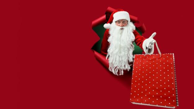 Weihnachtsmann in einem roten papierloch