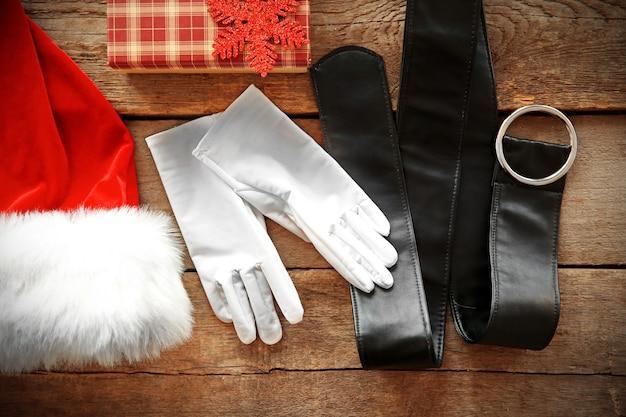 Weihnachtsmann-kostüm auf holzuntergrund, nahaufnahme