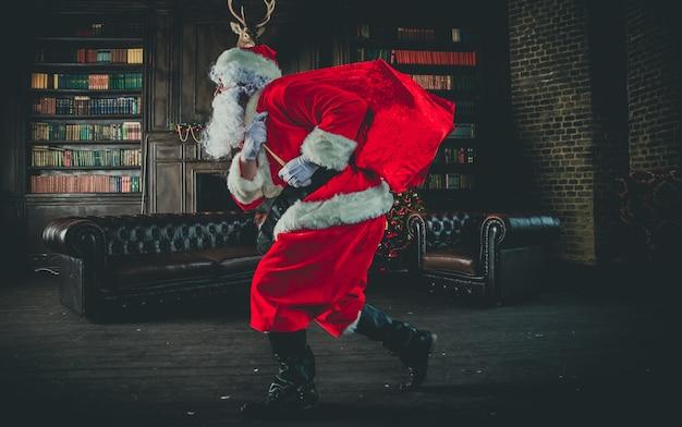 Weihnachtsmann läuft mit tasche der geschenke